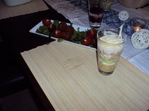Schichtsalat und gefüllte Tomaten mit Mozzarella